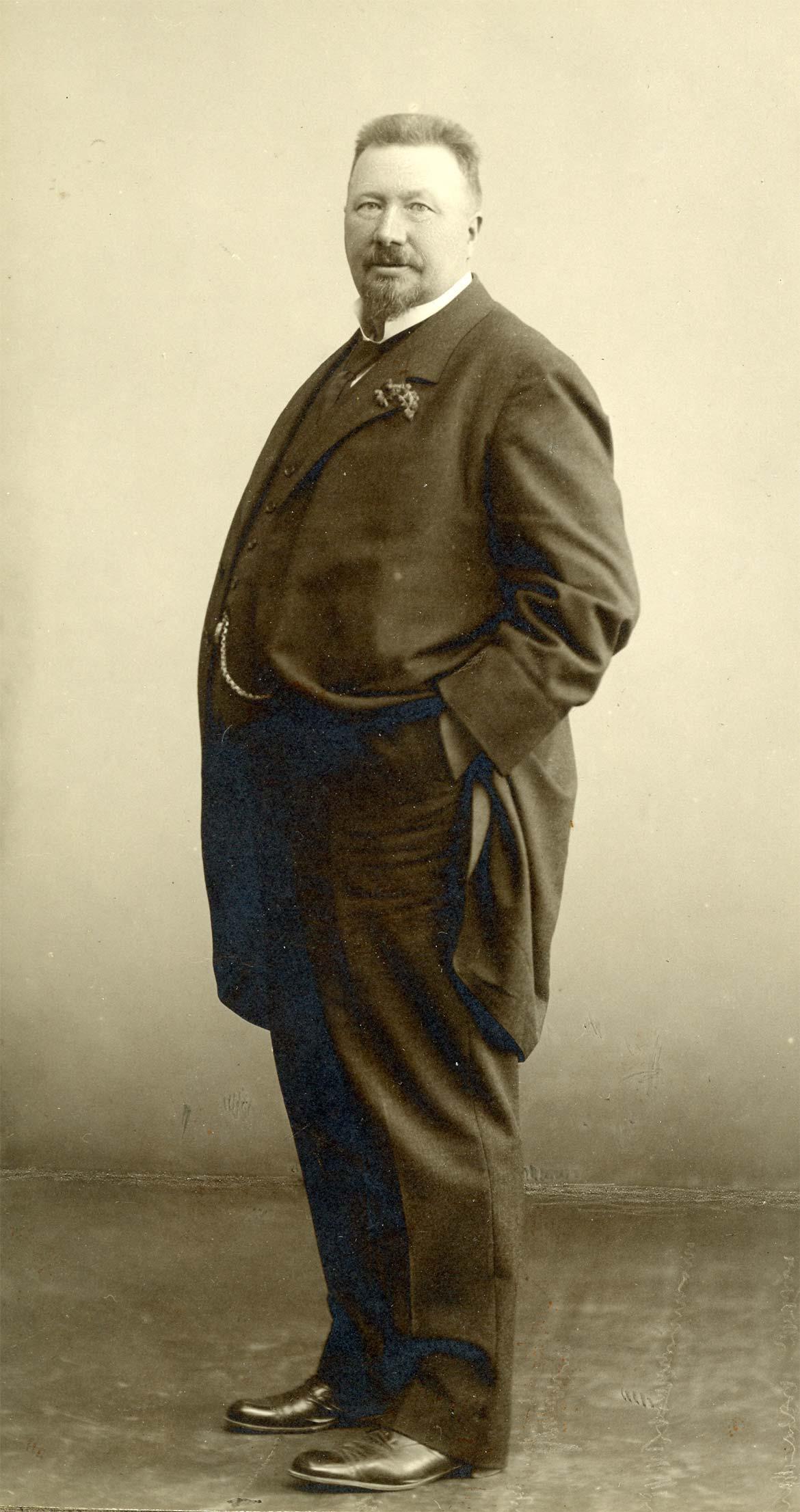 Mads Rasmussen, 1913. Fotografi af Marius Mikkelsen. Anvendt som forlæg for Kai Nielsens modellering af monumentalskulpturen til Kuppelsalen. Faaborg Byhistoriske Arkiv.