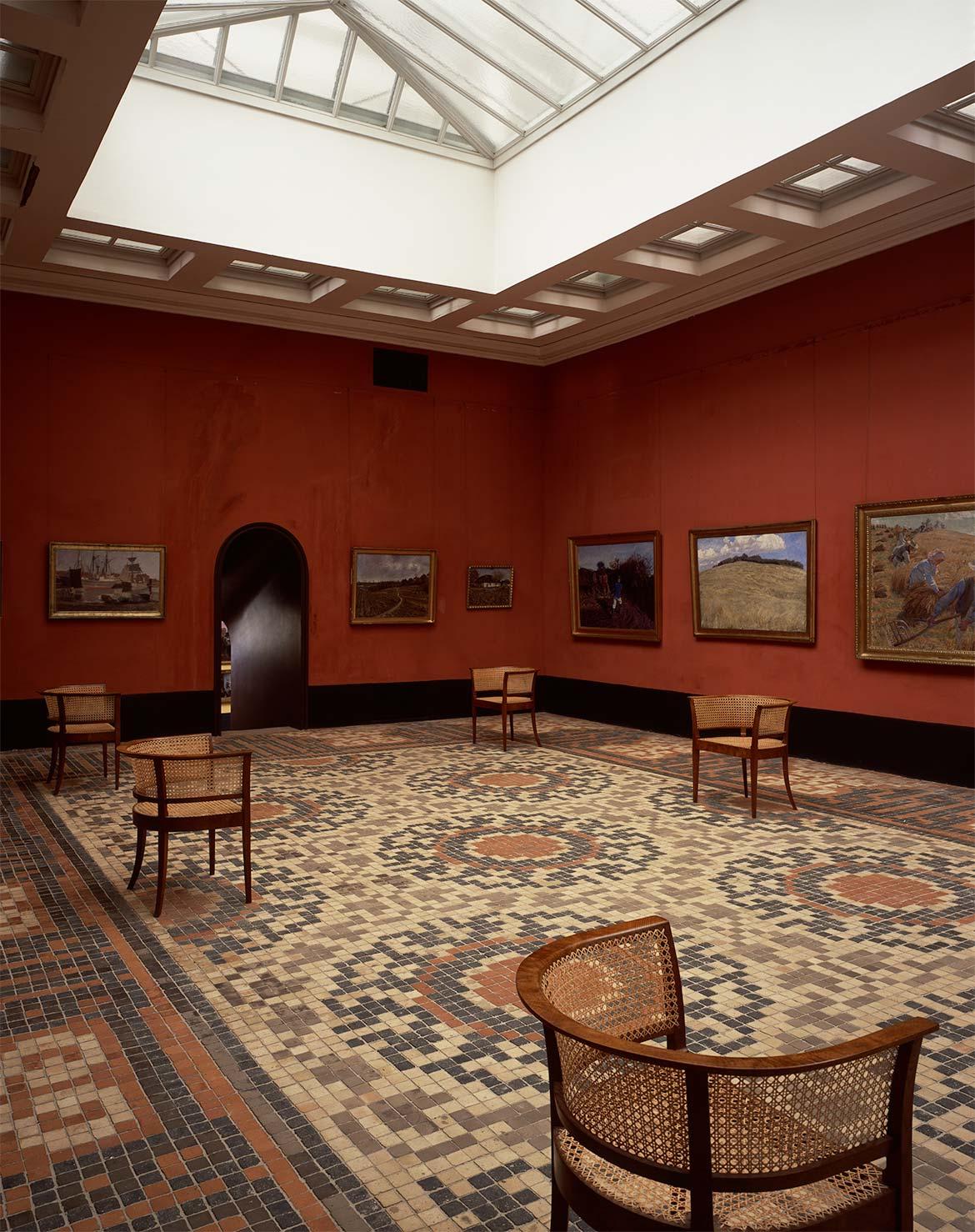 Store malerisal med malerier af Jens Birkholm, Fritz Syberg og Peter Hansen.