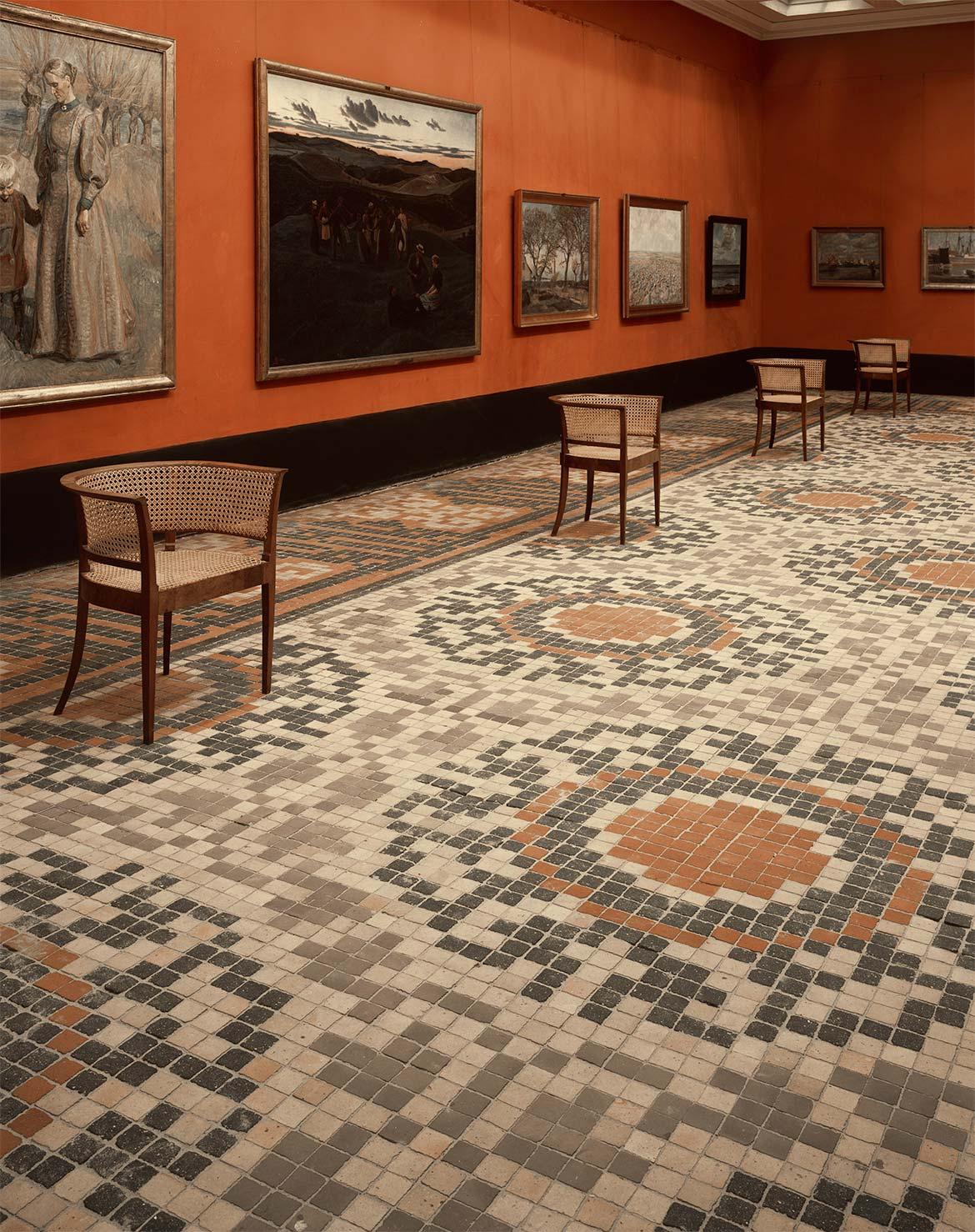 Store malerisal med malerier af Fritz Syberg, Johannes Larsen og Jens Birkholm.