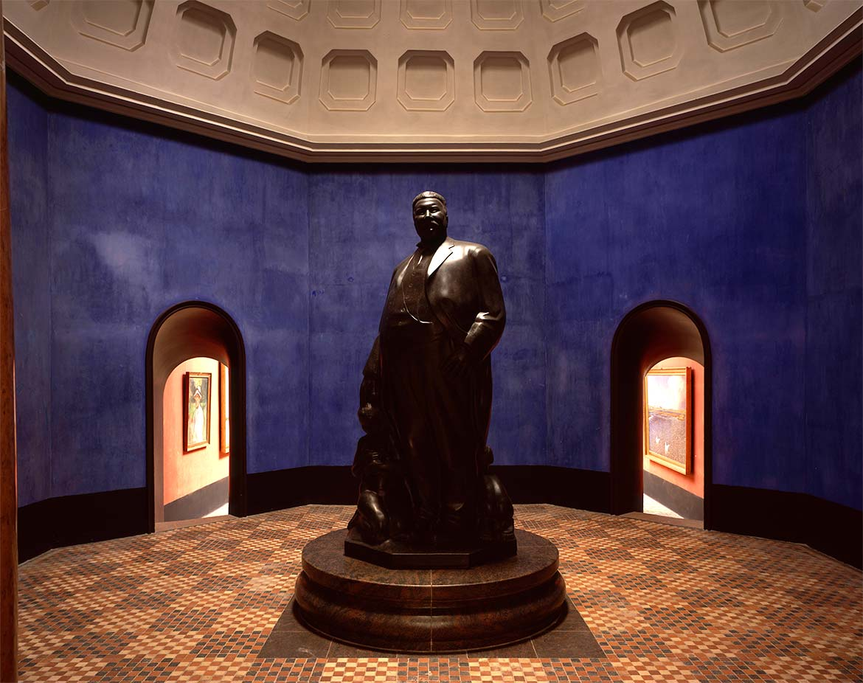 Kuppelsal med portrætskulptur af museets stifter, Mads Rasmussen.