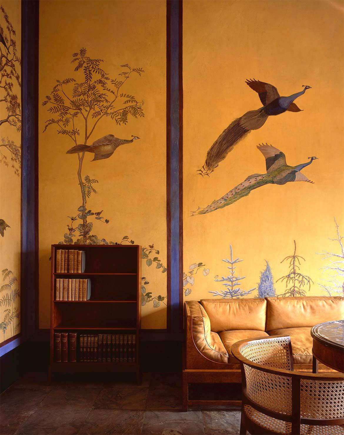 Arkivet med sofa og reol af Carl Petersen og Kaare Klint og vægdekoration af Johannes Larsen.