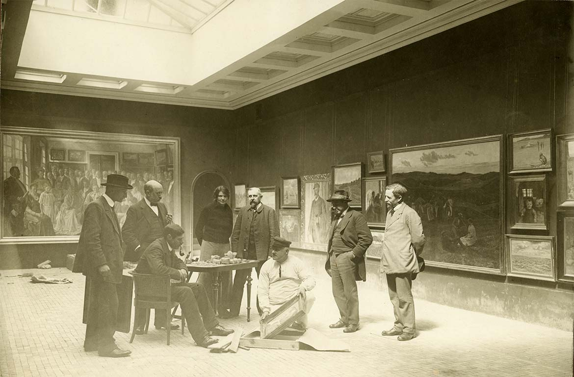 Artists hanging their works in the galleries of Faaborg Museum, may 1915. Photograph by Marius Mikkelsen. Faaborg Byhistoriske Arkiv.