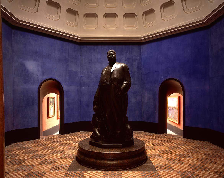 Kuppelsaal mit Porträtskulptur des Museumgründers, Mads Rasmussen.