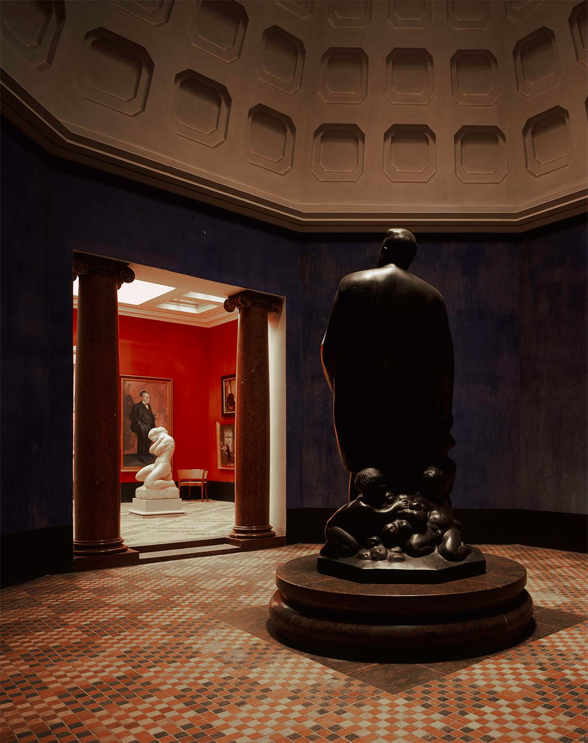 The domed gallery room with Kai Nielsen's portrait sculpture of Mads Rasmussen.